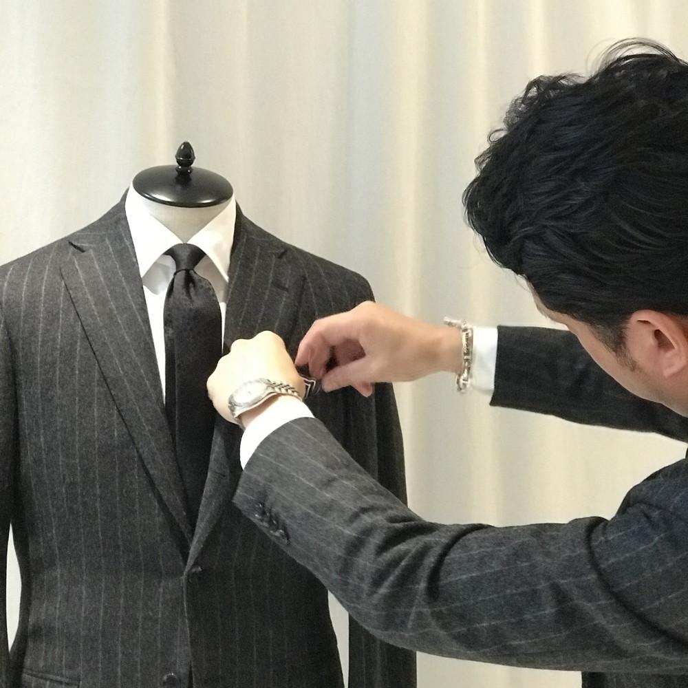 ネクタイの結び目とポケットチーフのニュアンスにこだわる男